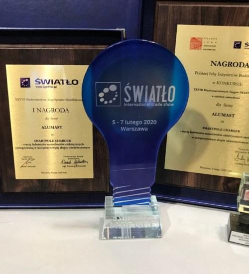 Alumast SA z nagrodami na Międzynarodowych Targach Światło 2020. Smartpole Charger doceniła minister Jadwiga Emilewicz.